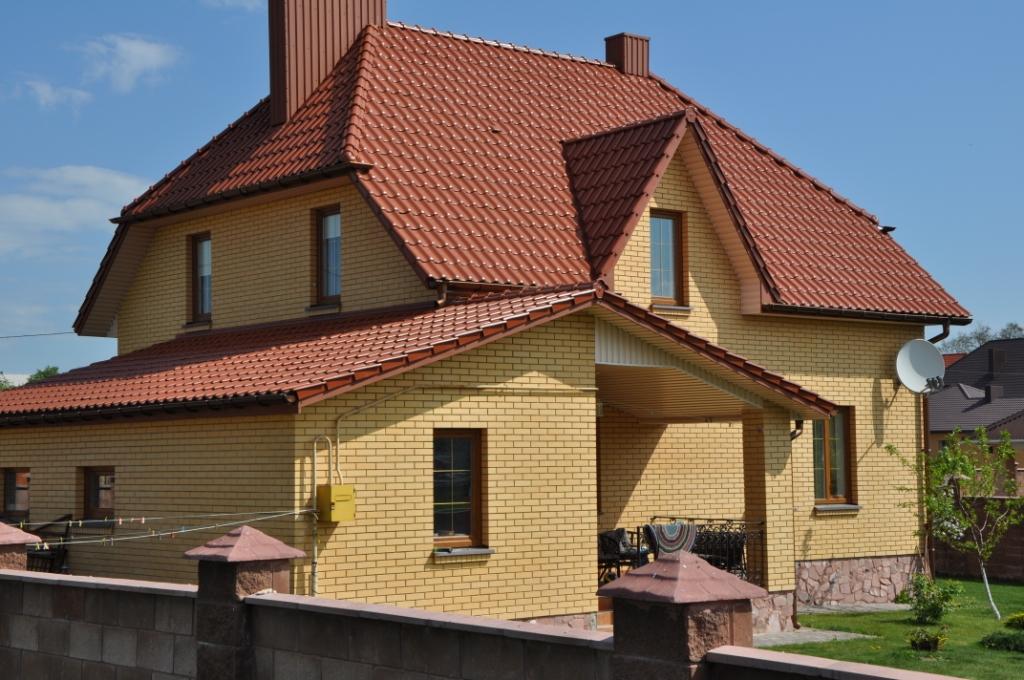 персиковый дом и коричневая крыша фото зачем